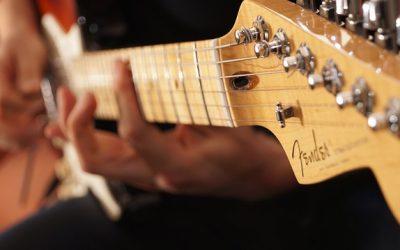 11 einfache Gitarrenriffs für Anfänger (mit TABS)
