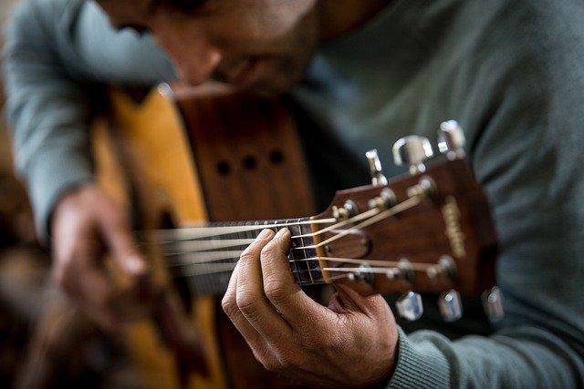 Read more about the article 11 Gitarrenlieder zum Zupfen für Anfänger