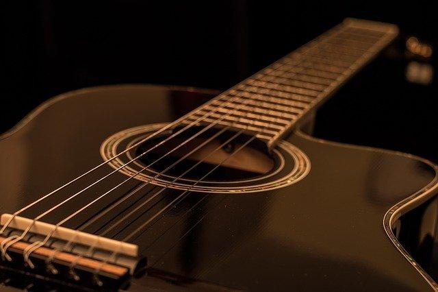 Read more about the article 5 vollmassive Westerngitarren bis 1000 Euro (Vergleich)